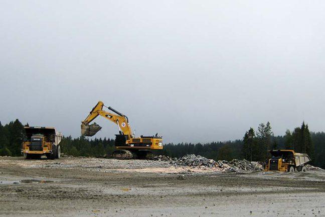 Gravemaskin og dumper i arbeid ved Åsland