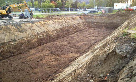 Gravemakin og stort hull